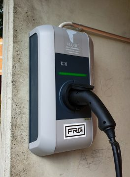 FRG Sähköauton latausasema.