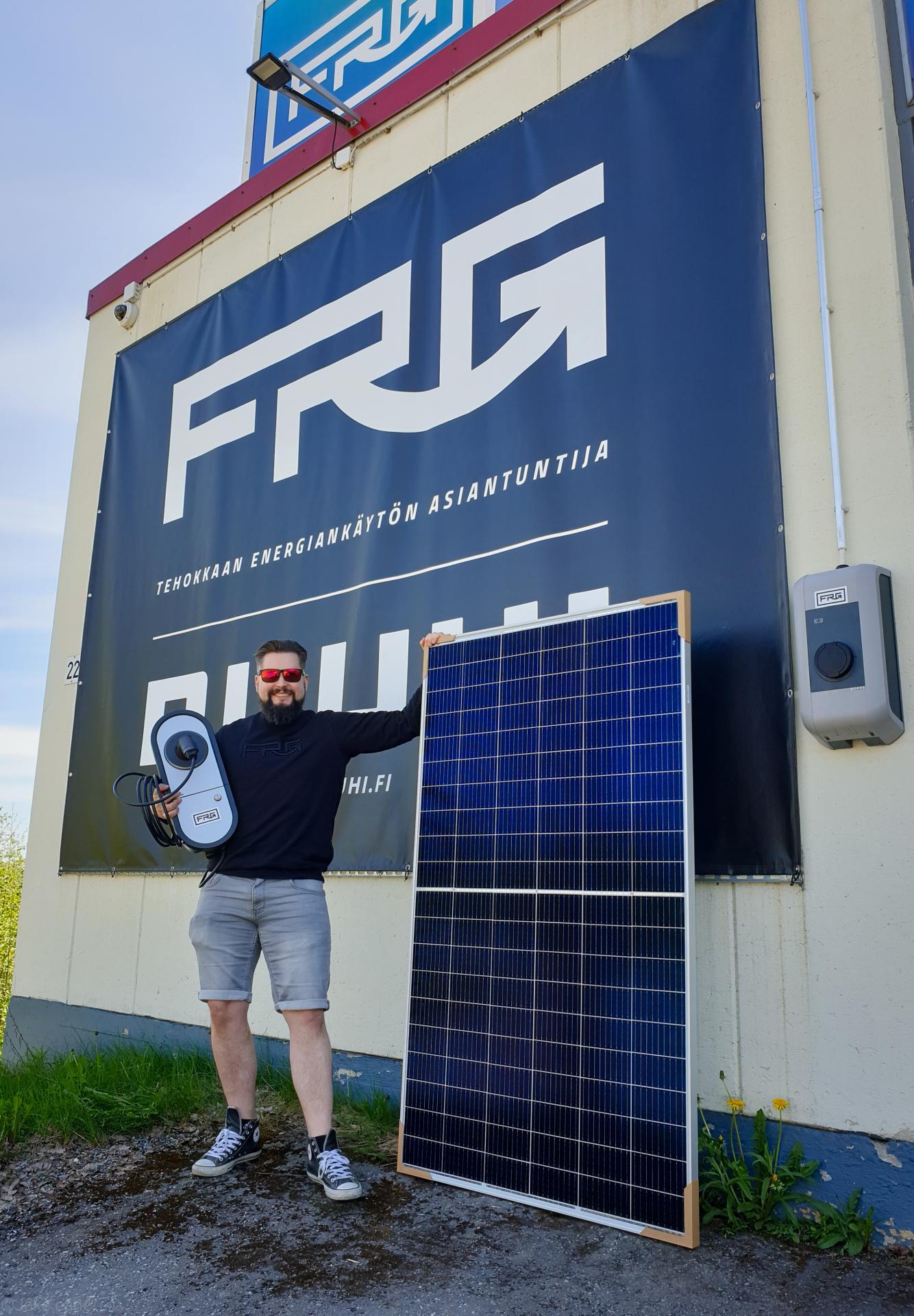 Aurinkopaneelit ja sähköauton latausasemat